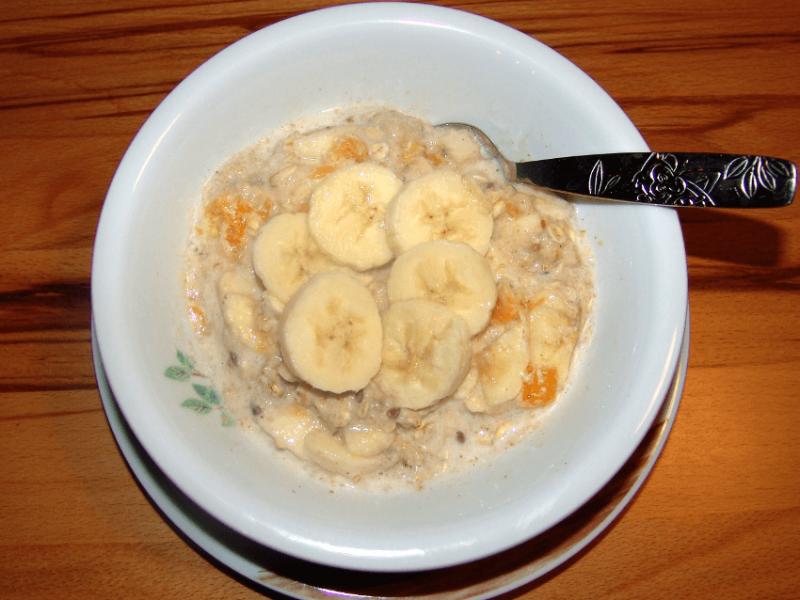 Milch-Getreide-Brei zum Frühstück